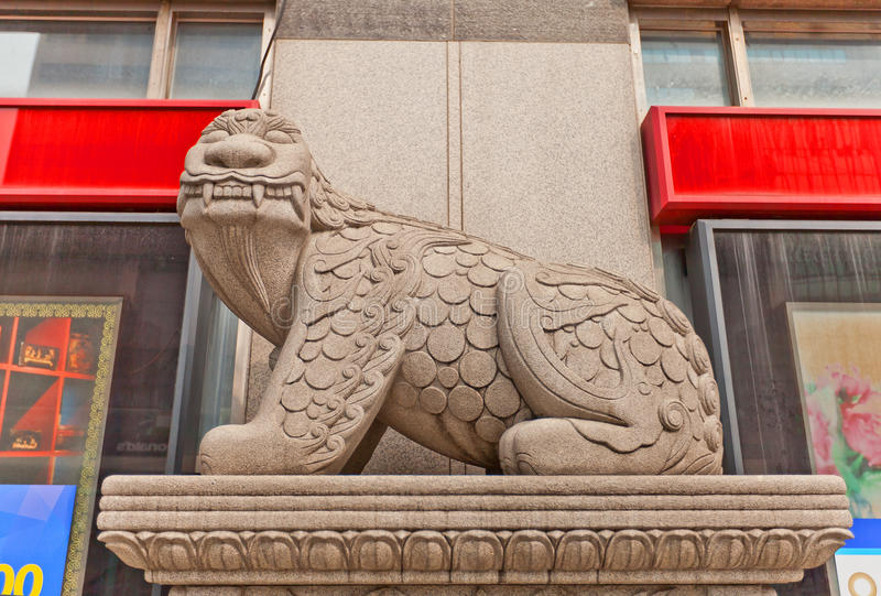狮子般生物Haechi雕象在汉城街道上的  免版税库存照片