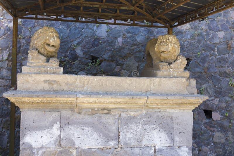 狮子装饰的雕象与题字的一个垫座 免版税库存图片