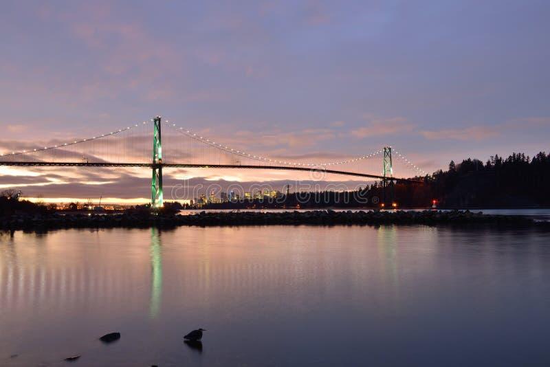 狮子门桥梁和温哥华市中心日出的 库存图片