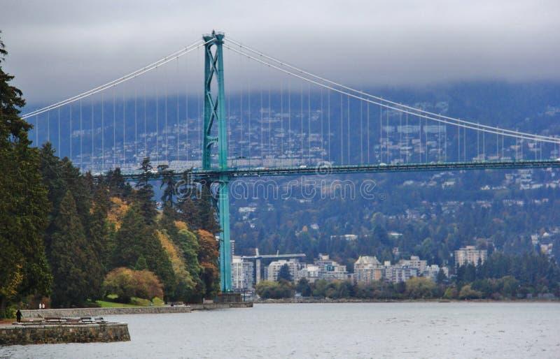 狮子门桥梁,秋天颜色,秋叶,城市风景在斯坦利Paark,温哥华市中心,不列颠哥伦比亚省 免版税库存照片
