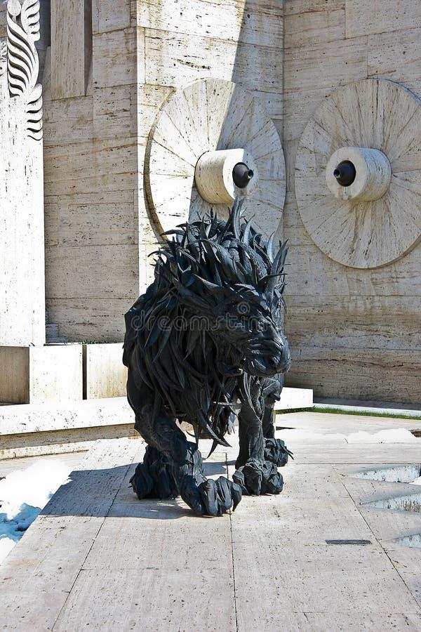 狮子雕塑和小瀑布在耶烈万亚美尼亚 免版税图库摄影