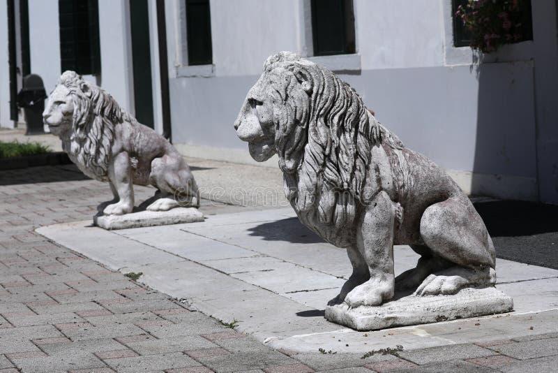 狮子雕塑在意大利庭院里 免版税库存照片
