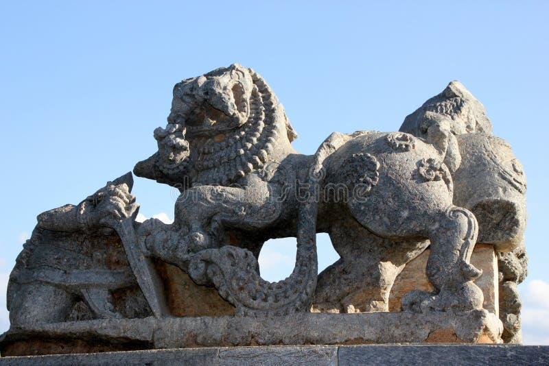 狮子雕塑在Hoysaleswara寺庙复合体, Halebidu,哈桑,卡纳塔克邦,印度的 免版税库存图片