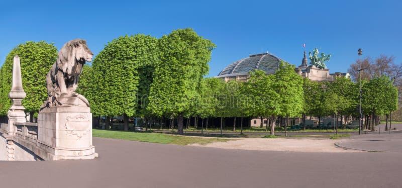 狮子雕象和盛大Palais在巴黎在春天 免版税图库摄影