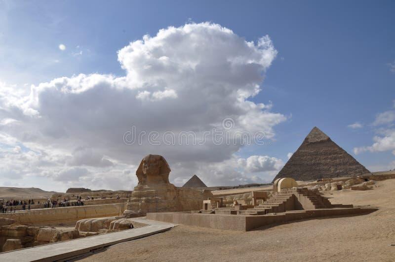 狮身人面象和埃及的伟大的金字塔吉萨棉复合体的 库存照片