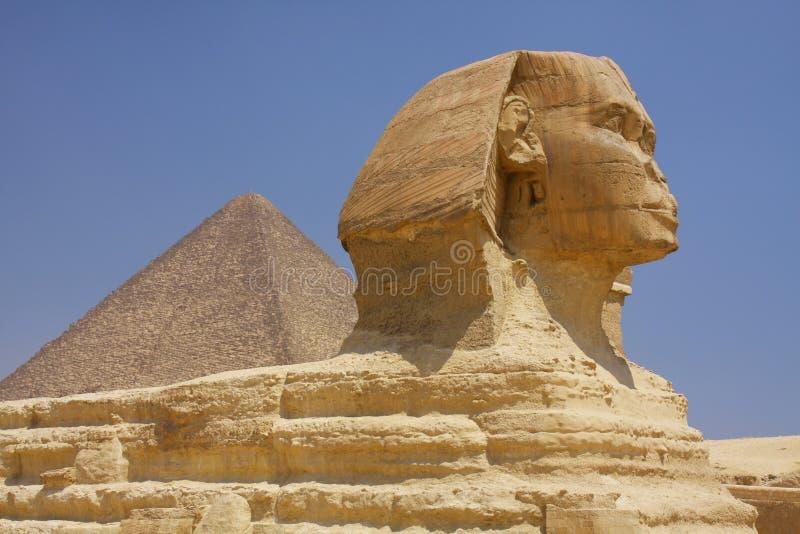 狮身人面象和金字塔在埃及 库存照片