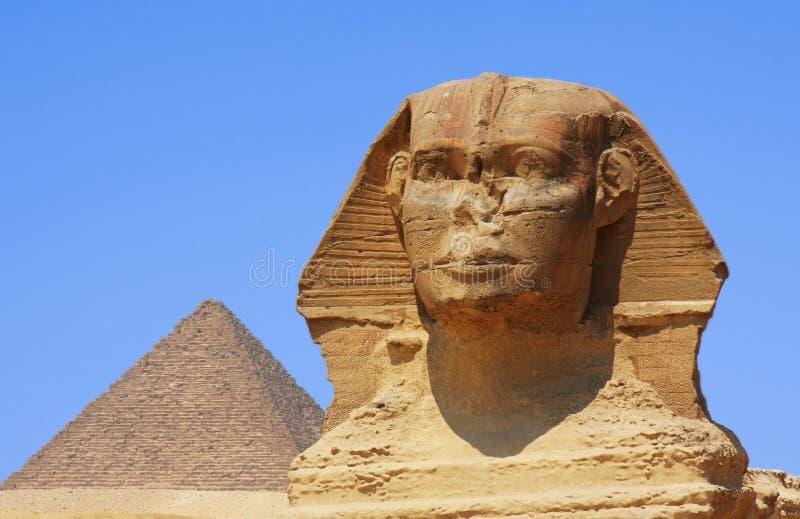 狮身人面象和金字塔在埃及 免版税库存照片