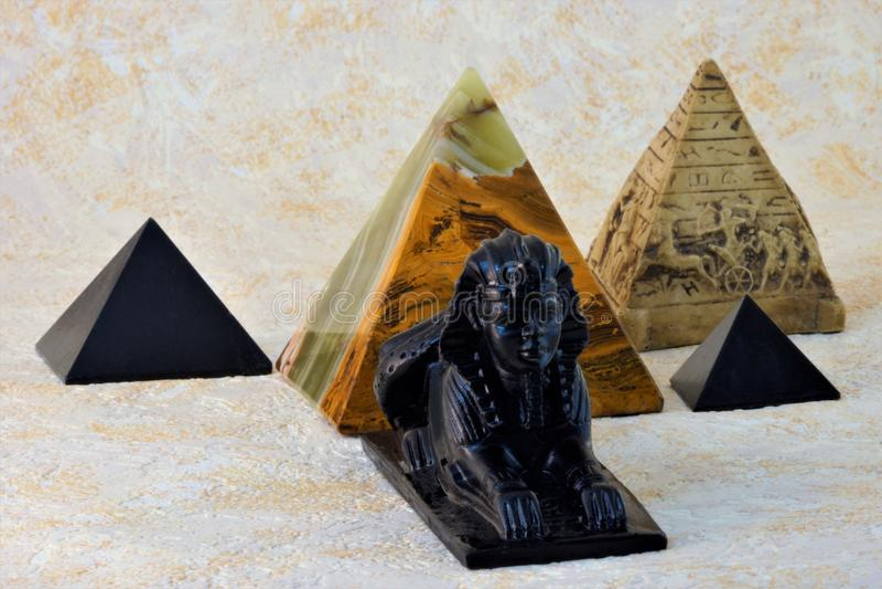 狮身人面象和金字塔 免版税库存图片