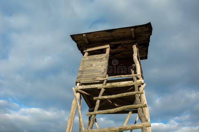 猎人和天空的木讲坛 免版税库存照片