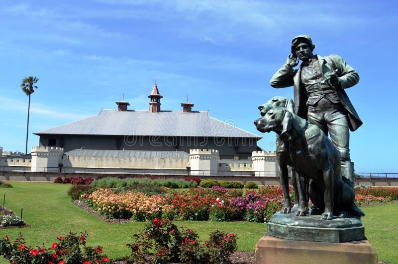 猎人和狗铜上漆的雕塑 免版税库存图片