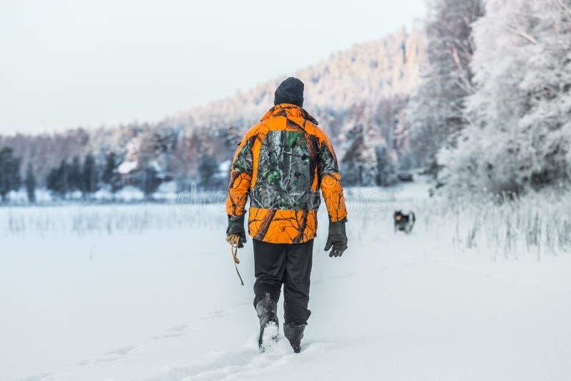 猎人和Elkhound 免版税库存照片