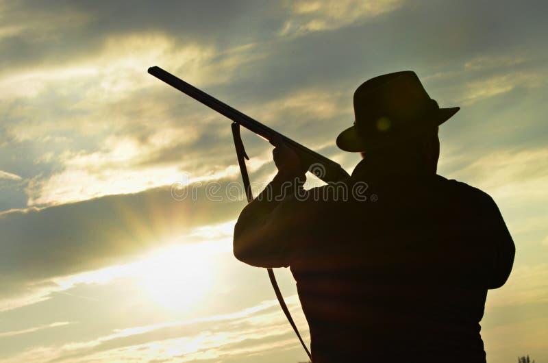 猎人的剪影,准备好的猎人射击 免版税库存照片
