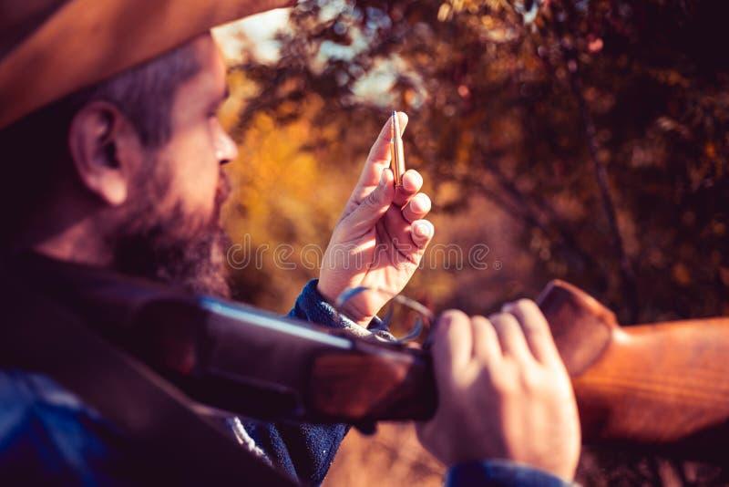 猎人经典之作 有猎枪枪的德克萨斯别动队员在狩猎 牛仔 库存图片