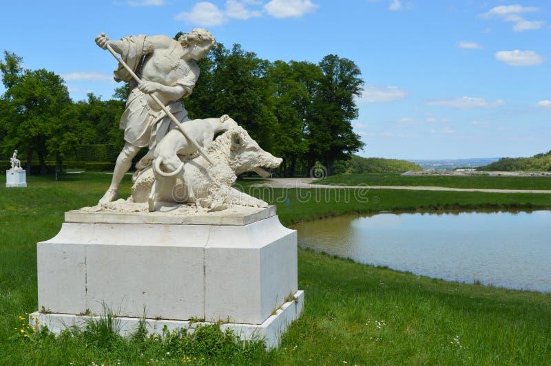 猎人雕象由湖,泥灰质的庄园公园,Louveciennes的 库存图片