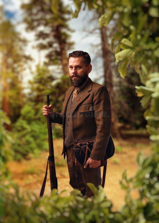 猎人画象在传统狩猎衣物的 库存照片