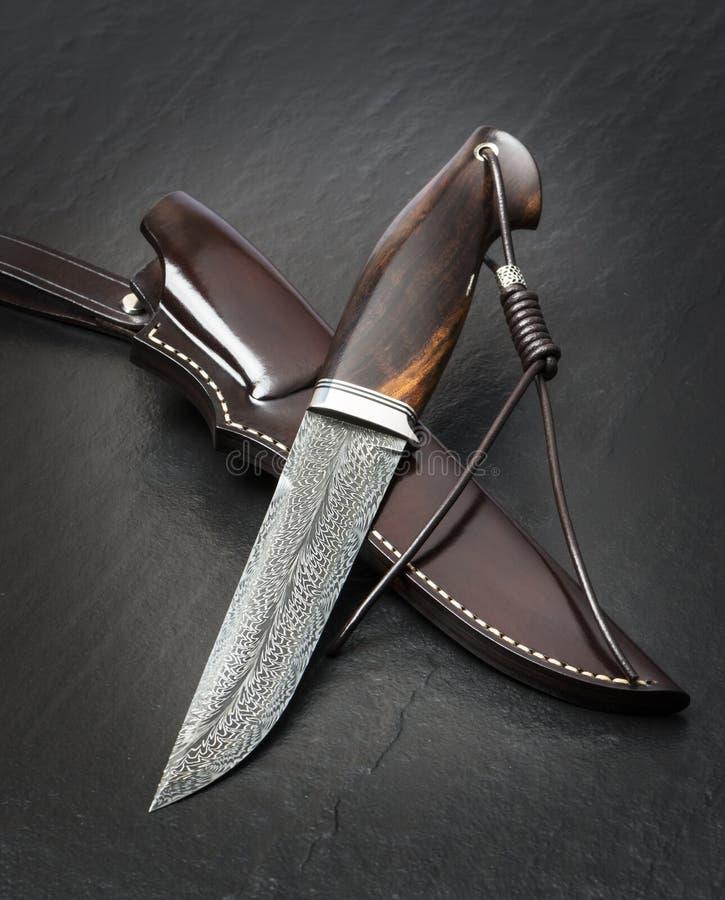 猎刀手工制造在黑背景 r 免版税库存照片