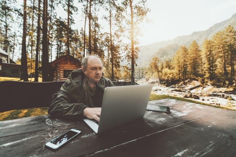 猎场看手人的广角射击有膝上型计算机和小配件的 免版税库存照片