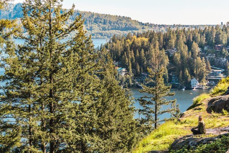 猎物岩石的女孩在北温哥华区, BC,加拿大 免版税图库摄影