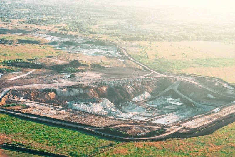 猎物风景、工业石灰石采矿挖掘机和其他设备鸟瞰图  免版税库存图片