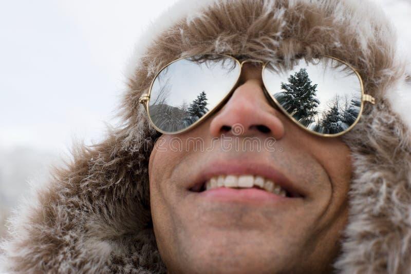戴猎鹿人帽子和太阳镜的一个人 免版税库存照片