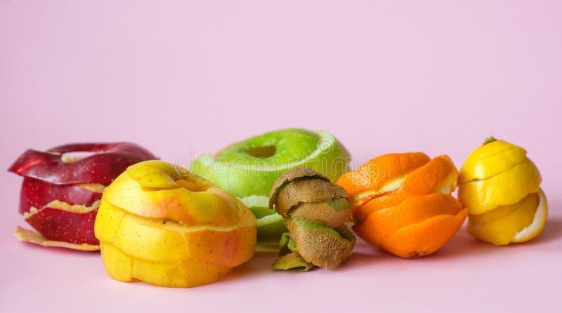 猕猴桃、桔子、柠檬和红色,绿色,黄色苹果剥皮 免版税库存图片