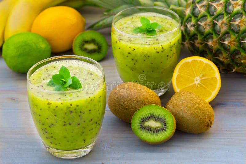 猕猴桃汁液和热带水果 免版税库存照片