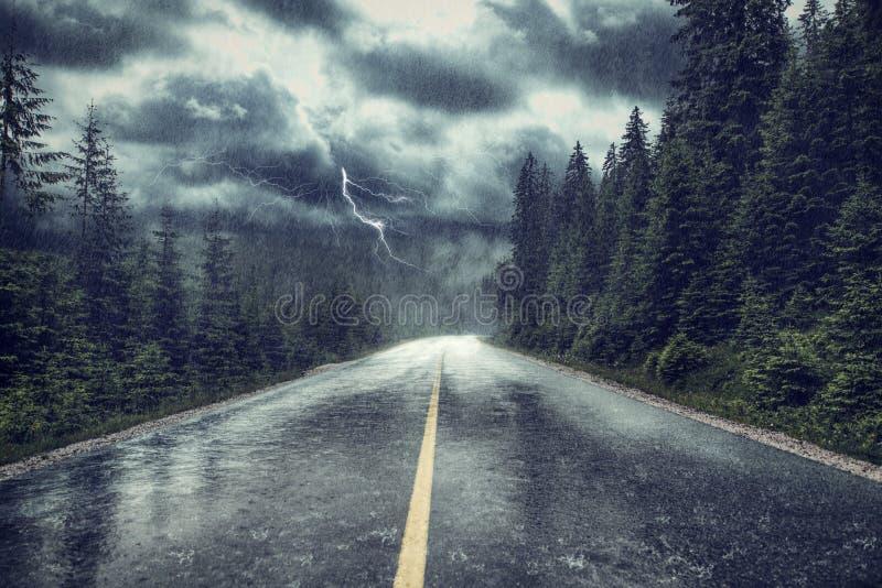 猛冲与雨和闪电在街道上 免版税库存图片