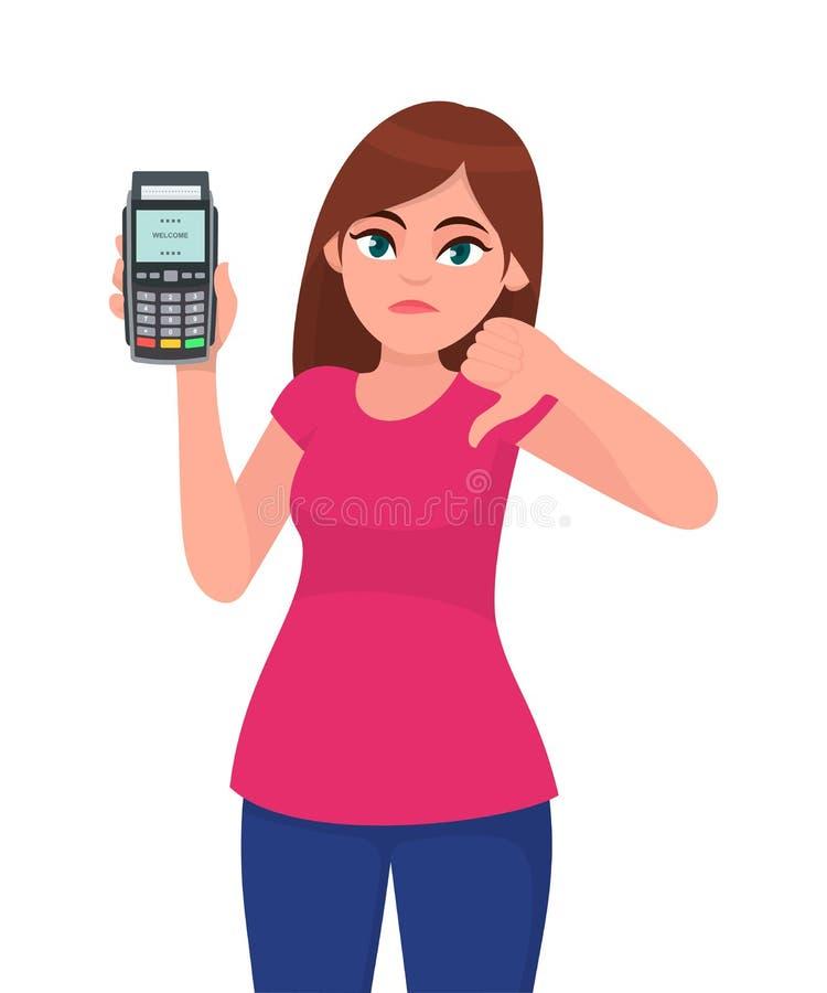 猛击机器的不快乐的年轻女人陈列/藏品pos付款终端或信用/借记卡,打手势在标志下的拇指 库存例证