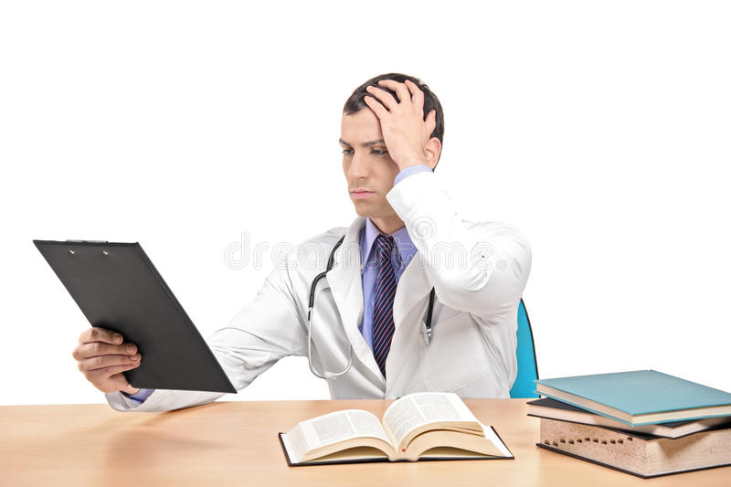 猛击的医生朝向他错误认识到 库存照片