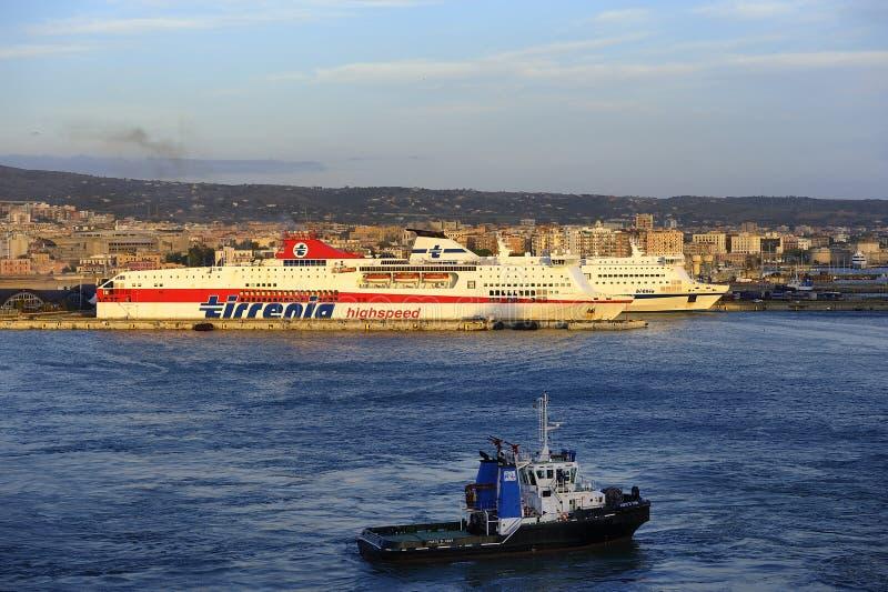 猛拉小船在港口 免版税图库摄影