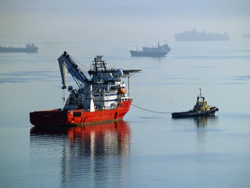 猛拉小船拖曳用品船。 库存图片
