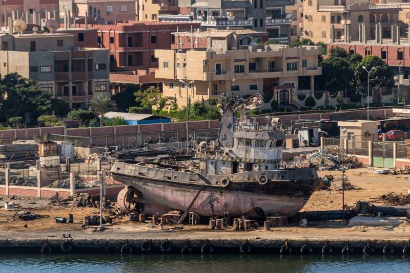猛拉小船Tarsana 1在苏伊士运河,埃及的修理中 库存照片