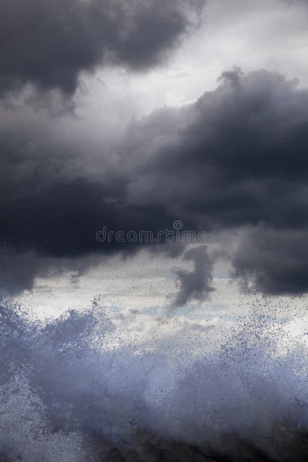 海浪阴云密布 库存照片