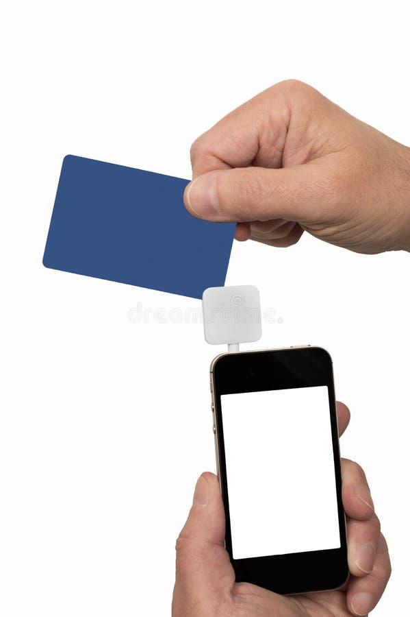 猛击信用卡通过流动卡片阅读机 免版税库存照片