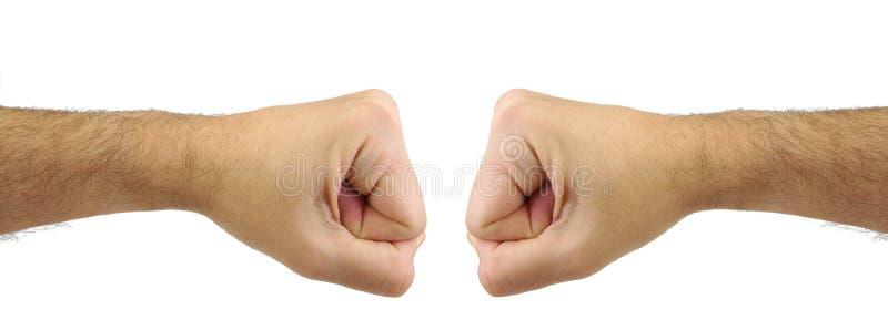 猛击的两个人拳头 交锋 免版税库存照片