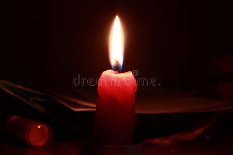 猩红色蜡烛在晚上 免版税库存照片