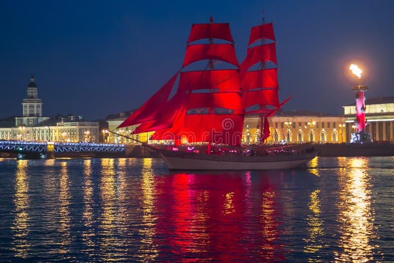 猩红色风帆运送在节日期间在圣彼德堡 库存照片