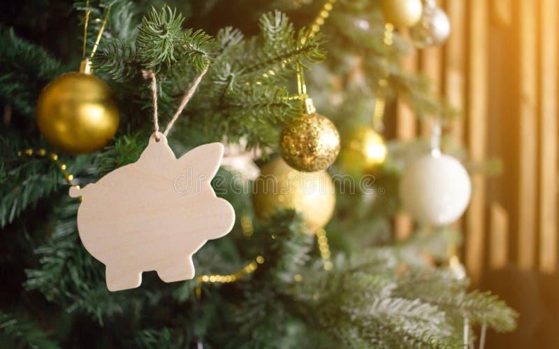 猪玩具圣诞树 金黄球,小珠,其他装饰 新年标志概念 被定调子的太阳发光的桔子 库存照片