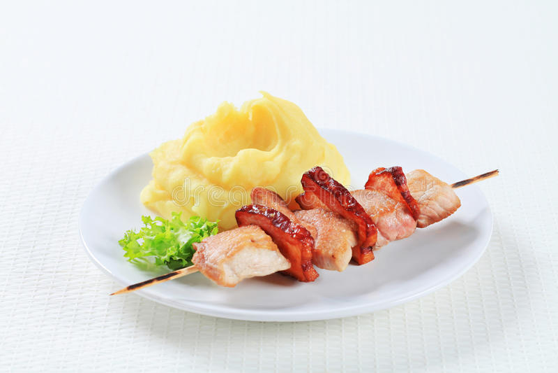 猪肉串用土豆泥 免版税库存照片