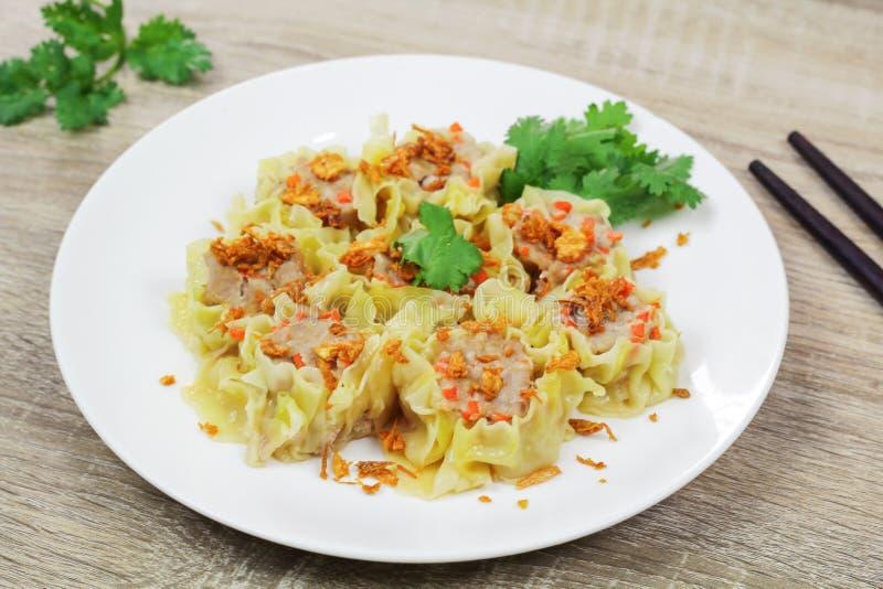 猪肉和红萝卜汉语蒸的饺子 库存图片