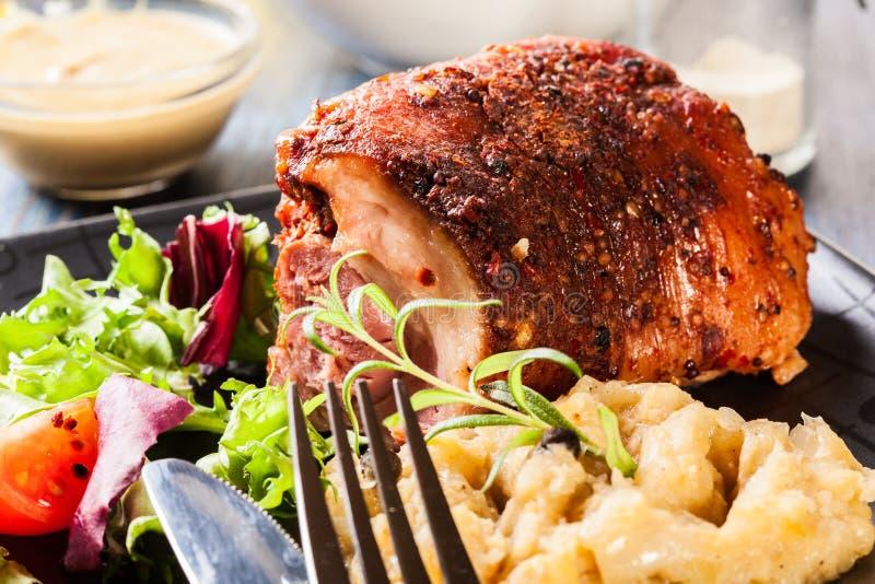 猪肉指关节用油煎的德国泡菜 库存图片