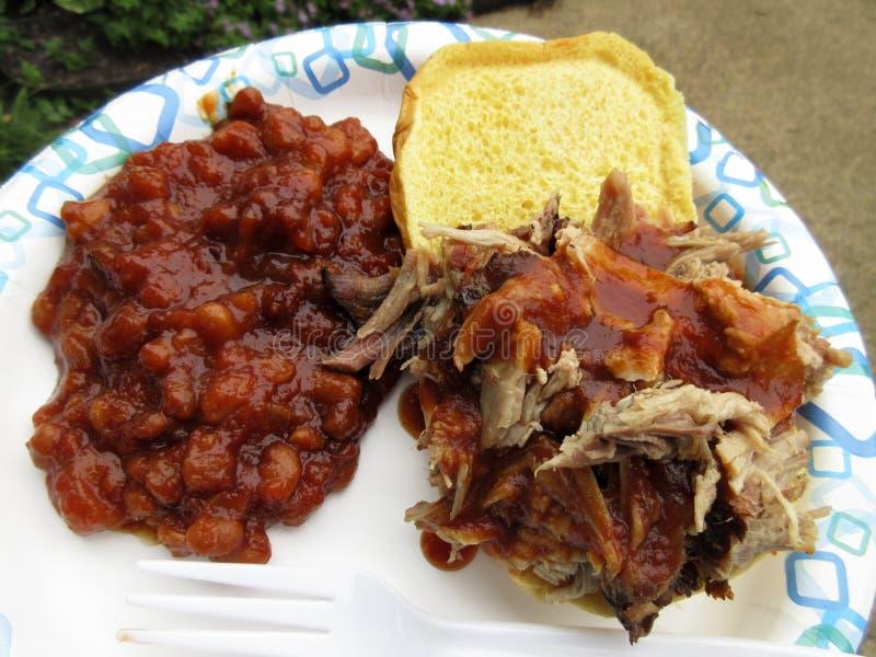 猪肉烤肉和被烘烤的豆 免版税库存照片