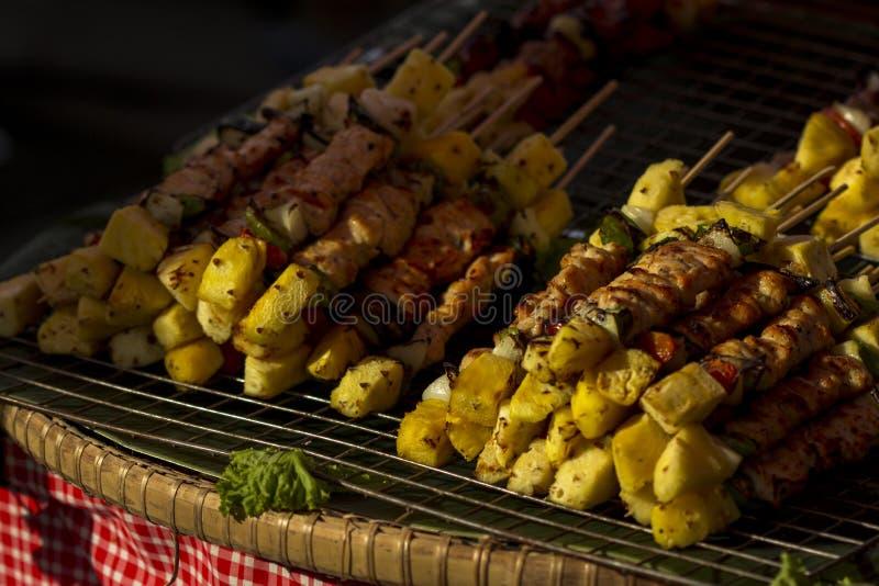 猪肉烤肉黏附用蕃茄、菠萝和甜椒在b 库存照片