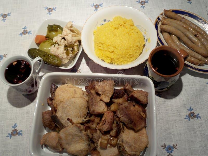 猪肉牛排,麦片粥,煮沸了酒,腌汁,香肠 库存照片