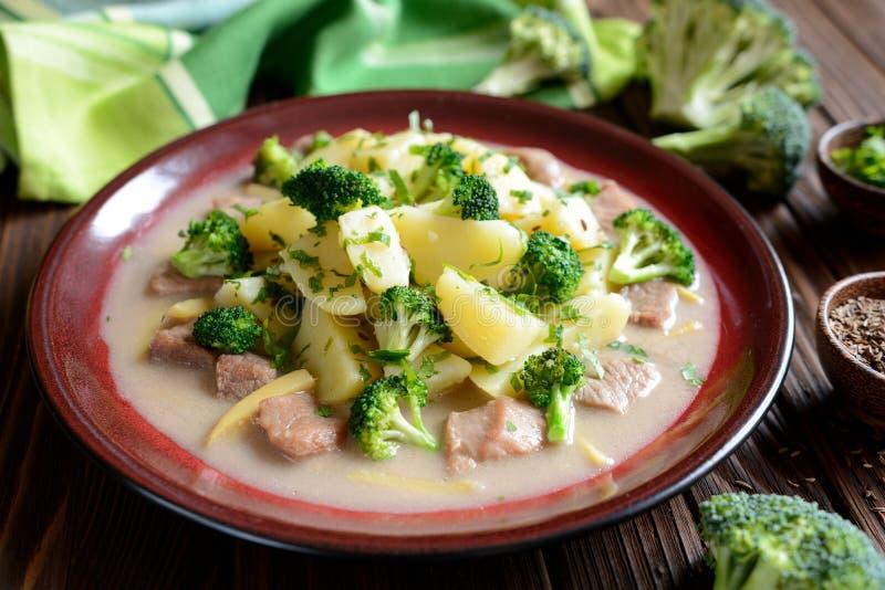 猪肉用硬花甘蓝、姜根和煮的土豆 库存照片