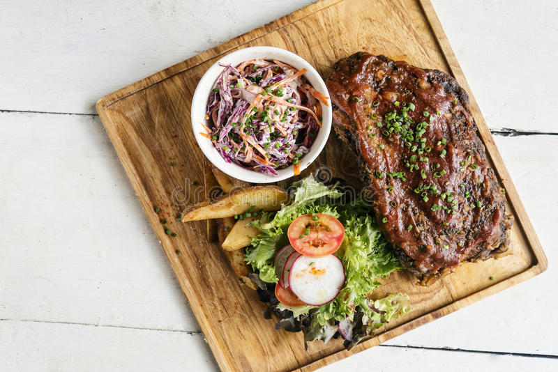 猪肉bbq肋骨用凉拌卷心菜和沙拉 免版税库存照片
