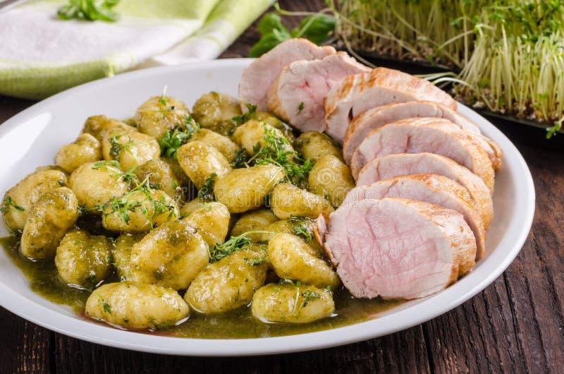 猪里脊肉用草本和香料, pesto尼奥基 免版税库存照片