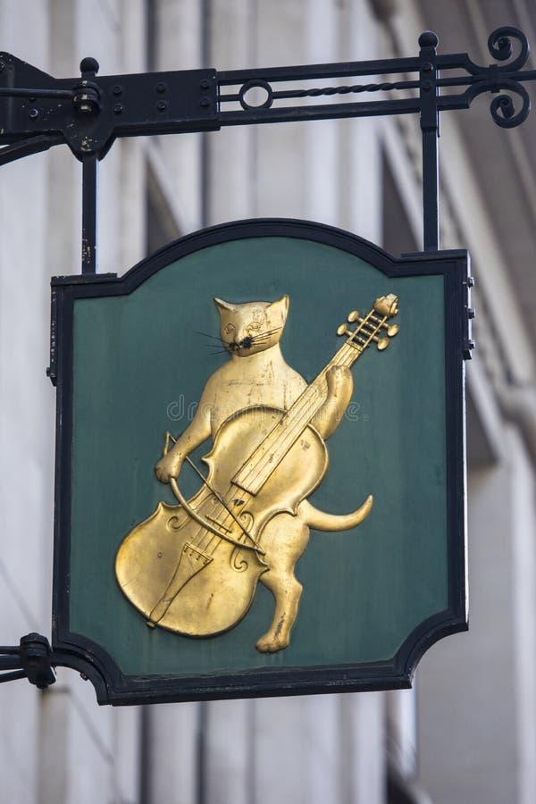 猫和无意识而不停地拨弄签到伦敦 免版税库存照片