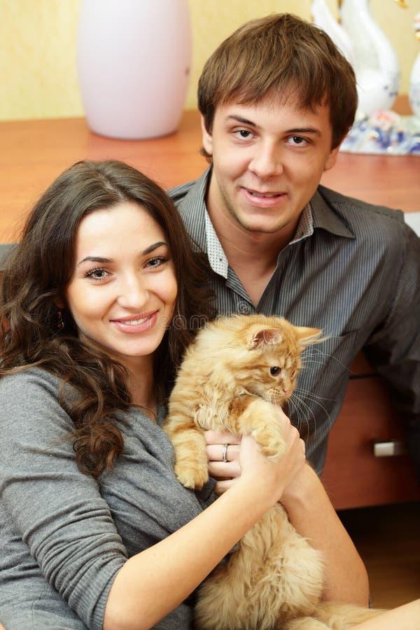 猫夫妇愉快的年轻人 库存照片