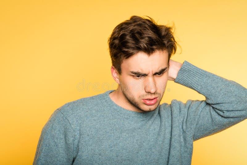 猫头鹰般为难的迷茫的人抓痕头神色 免版税库存图片